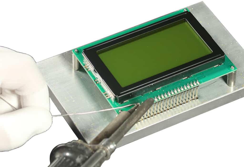 Hand lötet Kontakte an kundenspezifischem LCD Modul der Marke andi des Herstellers Lehner Dabitros
